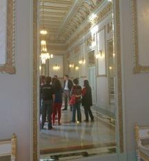 el gerente del Organismo Autónomo de Cultura da la bienvenida al grupo de mujeres en uno de los salones del Teatro Guimerá.